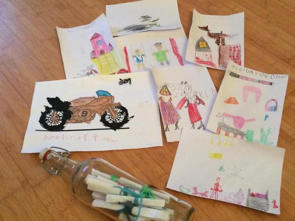 Die Zeichnungen und Wünsche der Lebenshilfe-Kinder nimmt er mit.