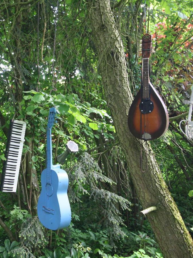 """Gartenmusik: Dass in """"Bärbels Garten"""" ordentlich Musik drin ist, darauf weist diese eigenwillige Dekoration hin."""