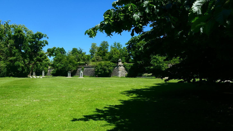 """Im Stadtpark, bei den Fünf Toren von Jan Koblasa, wird vom 10. bis 18. Juli die Veranstaltungsreihe """"Volksbank Stadtpark-Konzerte"""" mit namhaften Künstlern aus der Region und ganz Bayern stattfinden."""
