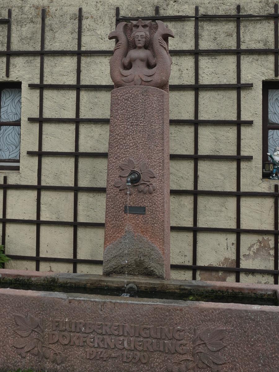 An verschiedenen Stellen, wie am Brunnen des Dorfes, kann man die Wappenfigur der Rieter erkennen. Die doppelschwänzige Melusine, die unter anderem das Wappen ziert, steht im Bezug zu den zypriotischen Kreuzfahrerkönigen und soll die adlige Herkunft aus dem Königreich Zypern symbolisieren.