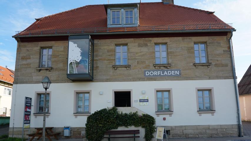 """Im """"Alten Schulhaus"""" von Absberg befindet sich die europaweite erste Prunothek, die in Analogie zu Vinotheken regionale Kirschspezialitäten präsentiert. Ebenso kann man hier eine Kirschausstellung besichtigen, die alles rundum den Kirsch- und Obstanbau im oBrmbachseer Hügelland thematisiert."""