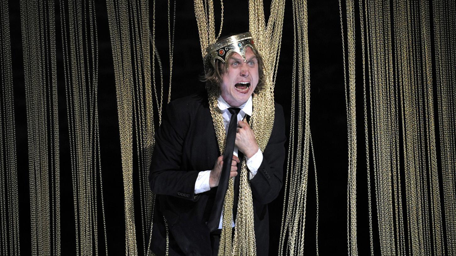 Bitte auf der Bühne bleiben! Wer im Publikum möchte schon von diesem Herrn Shakespeare hautnah ins Gesicht gespuckt bekommen? Lars Eidinger in einer