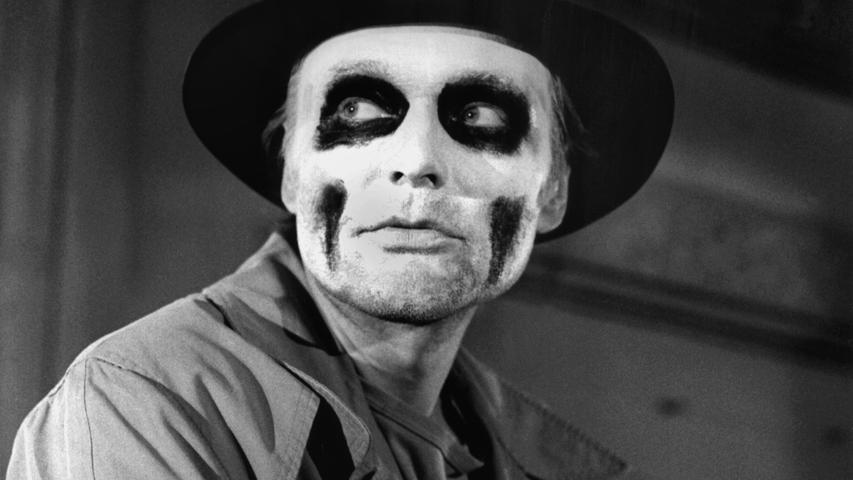 Wenn sich Schauspieler daran machen, während einer Aufführung ins Publikum zu kommen, dann kriegen einige Zuschauer so richtig Angst, als stünde gleich der Leibhaftige vor ihnen. Hier der Schauspieler Helmut Griem mit furchteinflößender Maske.