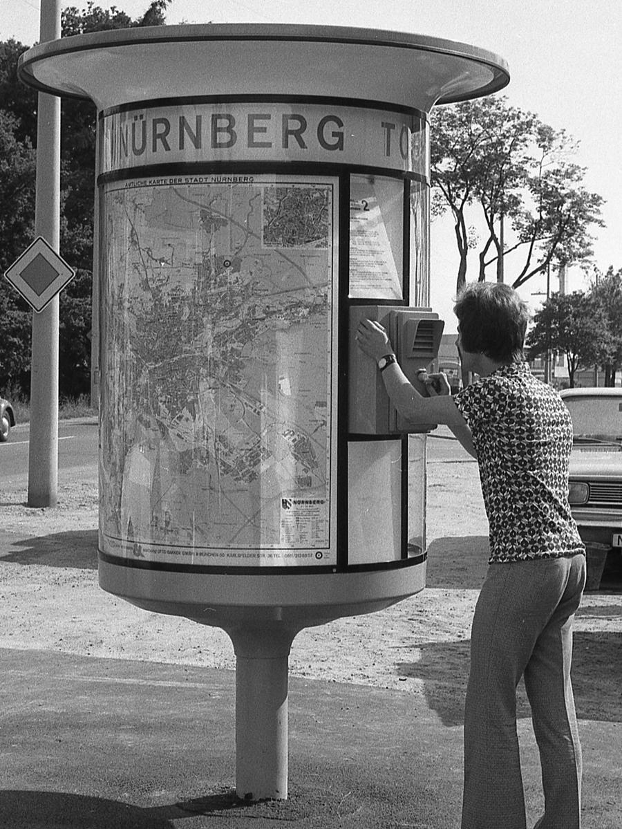 Seit Dürers Geburtstag gibt es die Tourist Information am Hauptmarkt und am Hauptbahnhof sowie vier Lotsensäulen an den Ausfallstraßen. Und seitdem gibt es mehr zufriedene Touristen als vorher. Hier geht es zum Kalenderblatt vom16. Juni 1971: Tourist Information hat großen Erfolg.