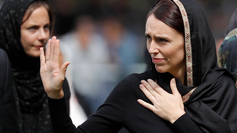 Realität: Neuseelands Premierministerin Jacinda Ardern (r) im März 2019 beim Gedenken an die50 Todesopfer des rassistisch motivierten Anschlags auf zwei Moscheen in der Stadt Christchurch.