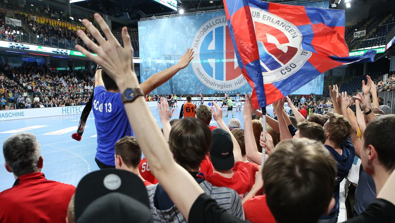 Hoch die Hände, Handball-Bundesliga! Ganz so dicht wie auf diesem Bild werden die Fans des HC Erlangen am Donnerstag nicht zusammenstehen. Aber: Sie dürfen wieder in die Arena.