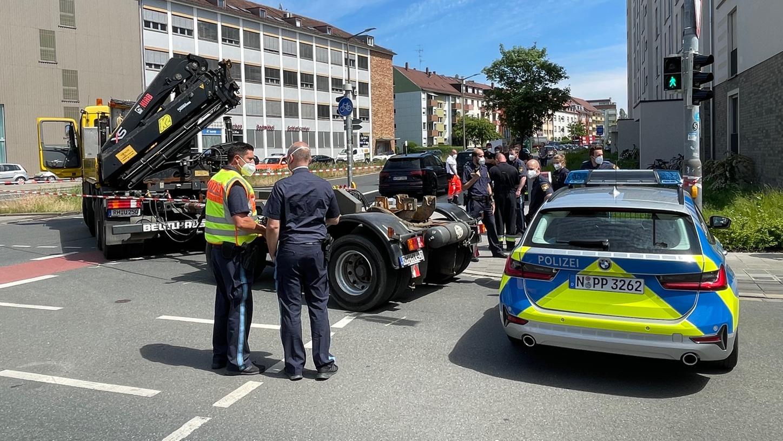 Die Polizei sperrte den Lastwagen weiträumig ab.