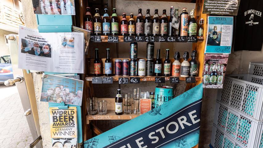 Der Hertl-Brauereishop prunkt mit 44 verschiedenen Biersorten plus Gin plus Rum plus Tonic Water.