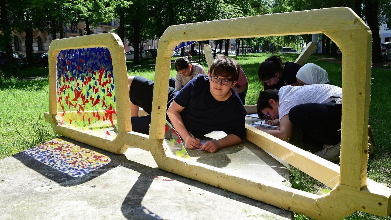 Brille mit Durchblick: Die Klasse 6 a der Otto-Seeling-Schule verlegte gestern ihren Kunstunterricht ins Freie.