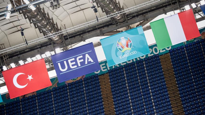 """E wie Eröffnungsspiel:Ja, Freunde, so war das am 11. Juni. Die Tribünen im Stadio Olympico in Italiens Hauptstadt Rom sind nur spärlich besetzt. Der Favorit tut sich zunächst schwer, am Ende müht er sich zu einem 1:0-Sieg. Und die Süddeutsche schreibt: """"Ein Trauerspiel vor dürftiger Kulisse."""" Äh, stopp, wie? 1:0? Haben die Italiener an diesem 11. Juni im Eröffnungsspiel der Paneuropa-EM die Türken nicht 3:0 aus dem Stadion geschossen in einem zumindest in der zweiten Halbzeit begeisternden Spiel? Das schon. Aber es gab an gleicher Stelle ja schon einmal ein EM-Eröffnungsspiel. Genau 41 Jahre zuvor, am 11. Juni 1980, rumpelte sich Deutschland in einer Neuauflage des 1976-er-Finales gegen die Tschechoslowakei zu einem 1:0. Karl-Heinz Rummenigge, genannt Kalle, glückte zu Beginn der zweiten Hälfte das Tor des Tages. Live vor Ort gesehen haben das aber nur wenige. Nur etwas mehr als 10.000 Zuschauer verloren sich im weiten Rund. Nicht, weil womöglich eine Pandemie namens C... am Horizont im Anmarsch war. Es hat seinerzeit einfach nicht mehr Leute interessiert."""