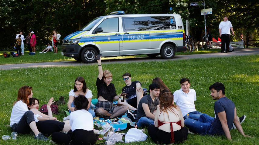 Nürnberg  , am 15.06.2021 Ressort: Lokales  Foto: Michael Matejka Wöhrder Wiese, Feier Feiernde Jugendliche auf der Wöhrder Wiese Serie:1 Bild von 13