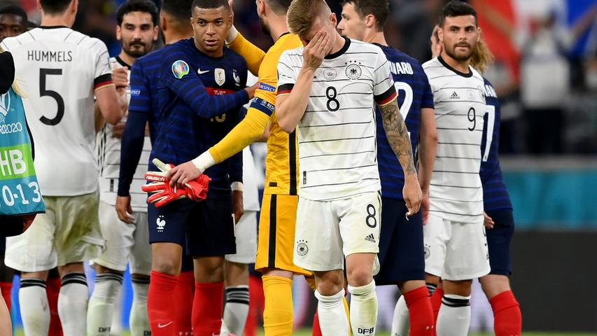15.06.2021, Munich: Fußball: EM, Frankreich - Deutschland, Vorrunde, Gruppe F, 1. Spieltag in der EM-Arena München. Deutschlands Tony Kroos (3,v,r.,8) reagiert nach Spielende. Important: For editorial news reporting purposes only. Not used for commercial or marketing purposes without prior written approval of UEFA. Images must appear as still images and must not emulate match action video footage. Photographs published in online publications (whether via the Internet or otherwise) shall have an interval of at least 20 seconds between the posting. Foto: Matthias Hangst/Getty Pool/AP/dpa +++ dpa-Bildfunk +++