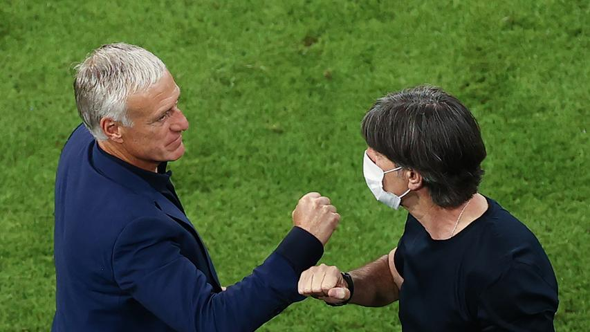 15.06.2021, Bayern, München: Fußball: EM, Frankreich - Deutschland, Vorrunde, Gruppe F, 1. Spieltag in der EM-Arena München. Trainer Didier Deschamps (Frankreich, l) klatscht nach der Partie mit Bundestrainer Joachim Löw ab. Important: For editorial news reporting purposes only. Not used for commercial or marketing purposes without prior written approval of UEFA. Images must appear as still images and must not emulate match action video footage. Photographs published in online publications (whether via the Internet or otherwise) shall have an interval of at least 20 seconds between the posting. Foto: Christian Charisius/dpa +++ dpa-Bildfunk +++