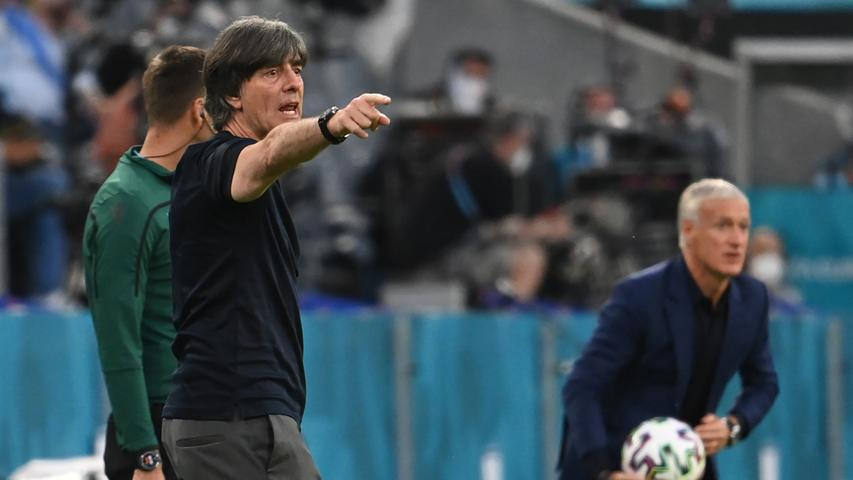 15.06.2021, Bayern, München: Fußball: EM, Frankreich - Deutschland, Vorrunde, Gruppe F, 1. Spieltag in der EM-Arena München. Bundestrainer Joachim Löw gestikuliert. Rechts ist Trainer Didier Deschamps (Frankreich). Important: For editorial news reporting purposes only. Not used for commercial or marketing purposes without prior written approval of UEFA. Images must appear as still images and must not emulate match action video footage. Photographs published in online publications (whether via the Internet or otherwise) shall have an interval of at least 20 seconds between the posting. Foto: Federico Gambarini/dpa +++ dpa-Bildfunk +++