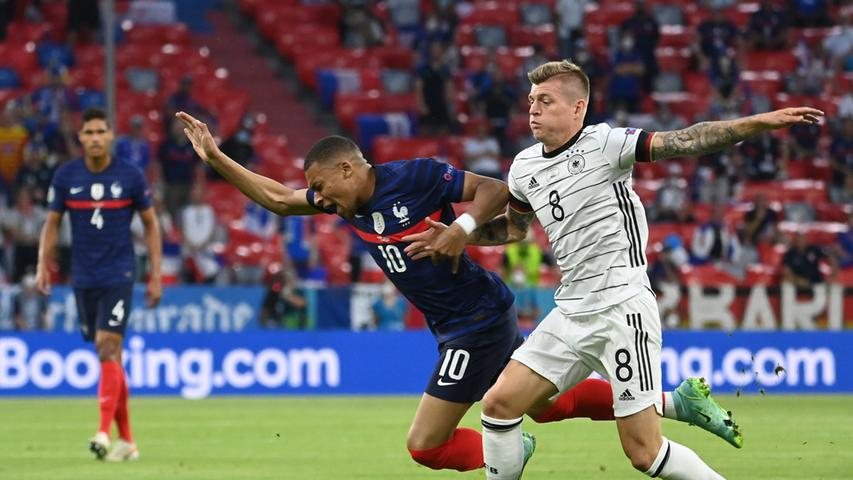 15.06.2021, Bayern, München: Fußball: EM, Frankreich - Deutschland, Vorrunde, Gruppe F, 1. Spieltag in der EM-Arena München. Kylian Mbappe (Frankreich) und Toni Kroos (Deutschland, r) in Aktion. Important: For editorial news reporting purposes only. Not used for commercial or marketing purposes without prior written approval of UEFA. Images must appear as still images and must not emulate match action video footage. Photographs published in online publications (whether via the Internet or otherwise) shall have an interval of at least 20 seconds between the posting. Foto: Federico Gambarini/dpa +++ dpa-Bildfunk +++