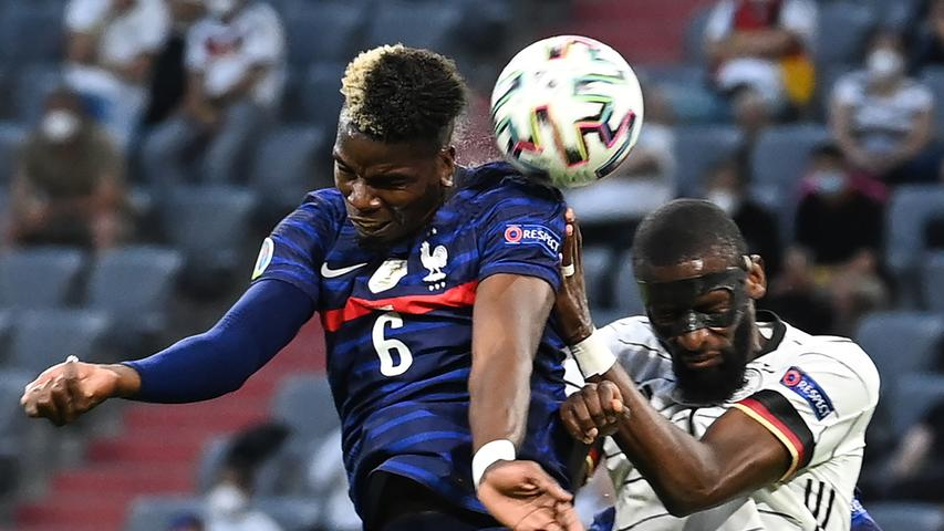 15.06.2021, Bayern, München: Fußball: EM, Frankreich - Deutschland, Vorrunde, Gruppe F, 1. Spieltag in der EM-Arena München. Paul Pogba (Frankreich) und Antonio Rüdiger (Deutschland, r) im Kopfballduell. Important: For editorial news reporting purposes only. Not used for commercial or marketing purposes without prior written approval of UEFA. Images must appear as still images and must not emulate match action video footage. Photographs published in online publications (whether via the Internet or otherwise) shall have an interval of at least 20 seconds between the posting. Foto: Federico Gambarini/dpa +++ dpa-Bildfunk +++
