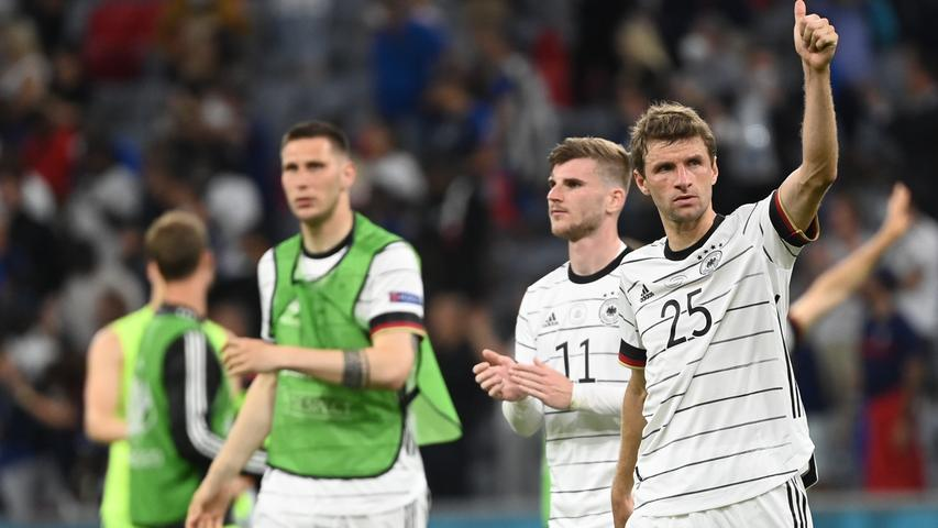 15.06.2021, Bayern, München: Fußball: EM, Frankreich - Deutschland, Vorrunde, Gruppe F, 1. Spieltag in der EM-Arena München. Deutschlands Niklas Süle, Timo Werner und Thomas Müller (l-r) nach der Partie. Important: For editorial news reporting purposes only. Not used for commercial or marketing purposes without prior written approval of UEFA. Images must appear as still images and must not emulate match action video footage. Photographs published in online publications (whether via the Internet or otherwise) shall have an interval of at least 20 seconds between the posting. Foto: Federico Gambarini/dpa +++ dpa-Bildfunk +++