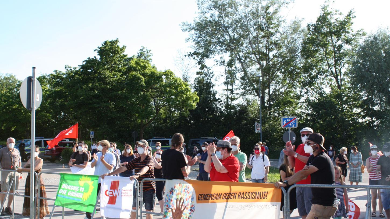 Rund 100 Menschen protestierten gegen eine Veranstaltung der AfD in der Gunzenhäuser Stadthalle. Sie hatten sich hinter der Absperrung aufdem Busparkplatz versammelt undhielten coronabedingt Abstand.