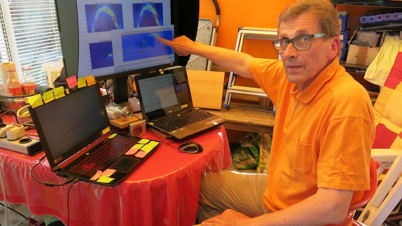 An seinen vernetzten Computern wandelt Johannes Ebersberger die empfangenen Radiosignale in farbige Bilder um.