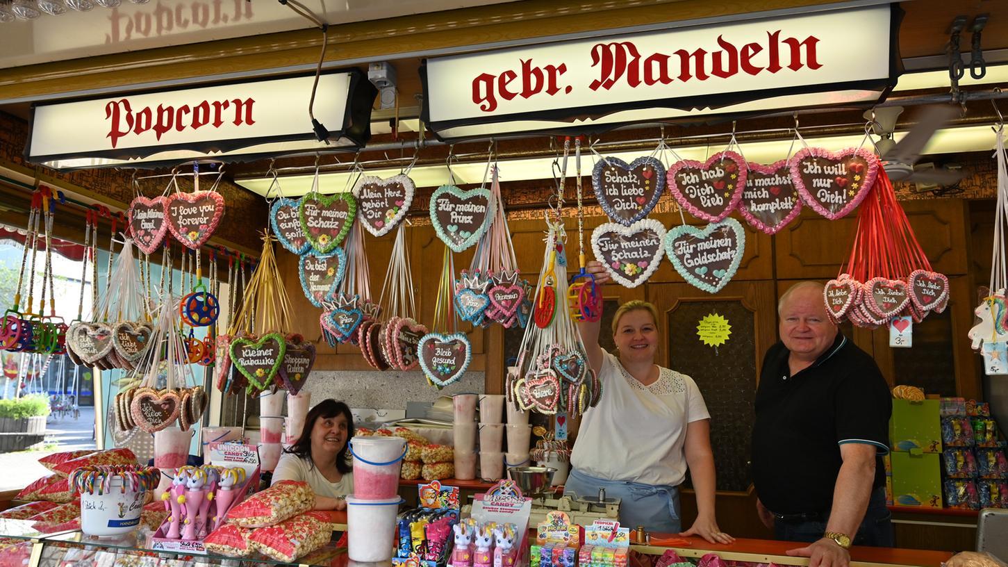 Die Familie Rudolph mit Elisabeth, Sabrina und Werner (v.l.) betreibt einen Süßigkeitenstand und einen Langos-Stand auf dem Beşiktaş-Platz.