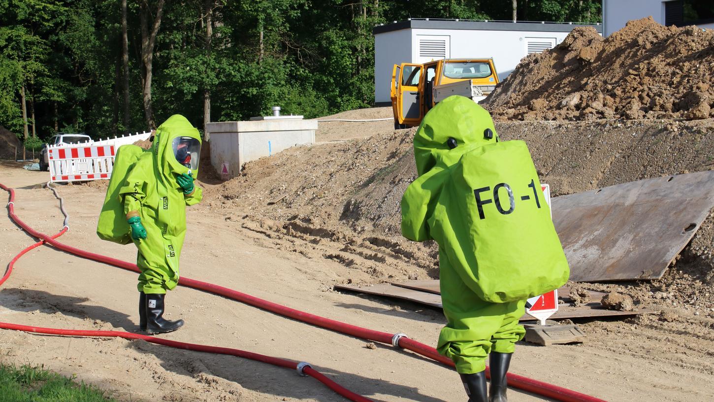 Einsatzkräfte der Feuerwehren Forchheim sind in Chemie-Schutzanzügen ausgerückt.