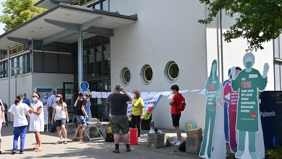 Aktion vor Uni-Klinik in Erlangen für bessere Arbeitsbedingungen in der Pflege