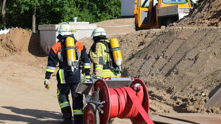 Foto: Kreisbrandinspektion Forchheim übermittelt von  - Datum: 15.06.2021..Motiv: Forchheim, Chlorgasunfall, Chlorgas, Einsatz Feuerwehr, Atemschutz, Handschlauchwagen, Schlauchwagen, Löschschlauch, Gasunfall