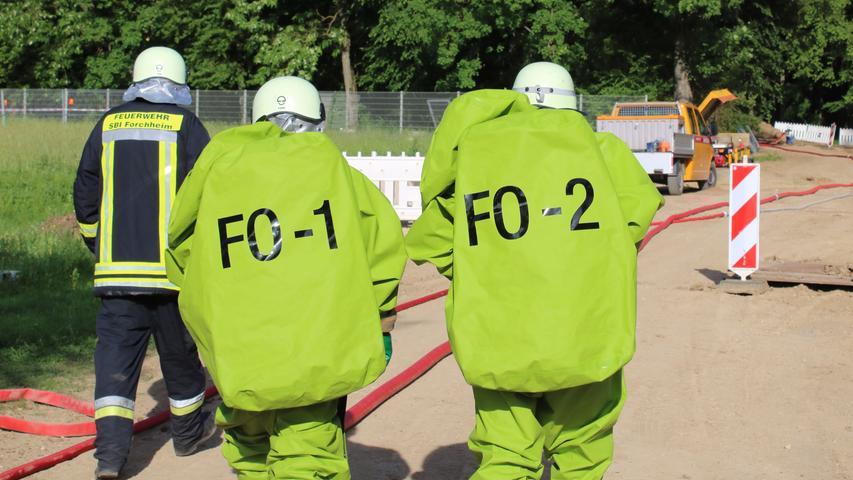 Foto: Kreisbrandinspektion Forchheim übermittelt von  - Datum: 15.06.2021..Motiv: Forchheim, Chlorgasunfall, Chlorgas, Einsatz Feuerwehr, Schutzanzug, Rücken, Säureanzug, Gaseinsatz, Gasunfall