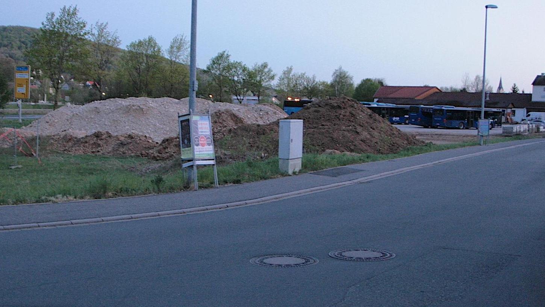 Die freie Tankstelle soll dort gebaut werden, wo noch Erdhügel zu sehen sind, zwischen der B 470 (li.) und der Friedhofstraße.