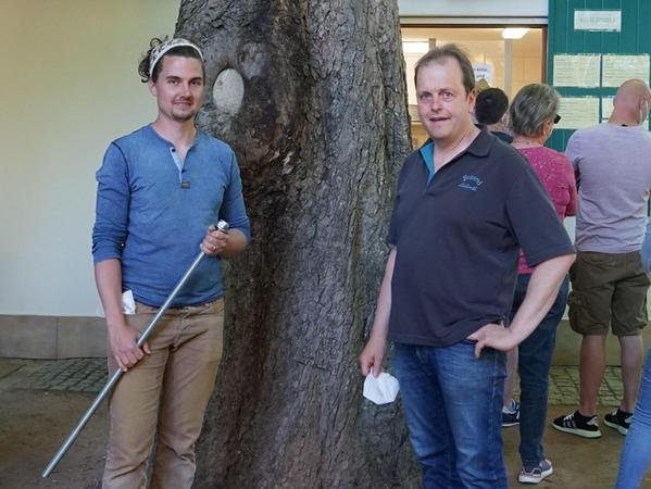 Baumspezialist Christian Busch (links) hat mit Fingerspitzengefühl den Baum gerettet. Kellerbetreiber Christian Volkmuth (rechts) hat die Rettungsaktion beauftragt.