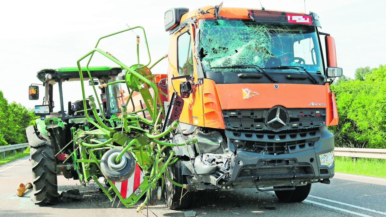 Laster und die die angehängte landwirtschaftliche Maschine des Traktors verhakten sich.