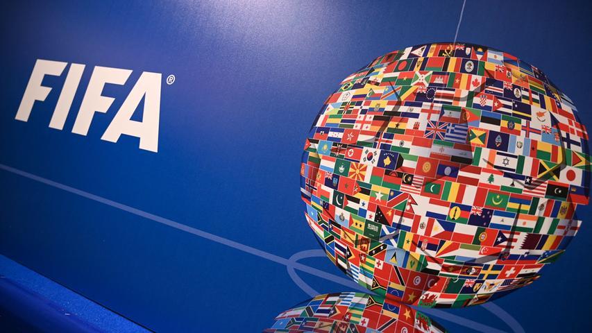 F wie FIFA:Abkürzung für Fédération Internationale de Football Association. Was das genau heißt, muss man nicht wissen. Es reicht, wenn man im Hinterkopf behält, dass praktisch alle FIFA-Präsidenten der letzten Jahrzehnte vor Gericht landeten, weil ihnen Staatsanwälte aus aller Herren Länder diverse Schmutzeleien vorhielten. Meist ging es um Kleinigkeiten wie Bestechung, Korruption, Stimmenkauf und Schmiergeldzahlungen. So what! Ein besonderes Exemplar unter den Herren des Balles war der Schweizer FIFA-Präsident Sepp Blatter, der unter anderem auf die großartige Idee gekommen ist, ob man neben der WM nicht auch eine Meisterschaft der verschiedenen bewohnten Planeten im All veranstalten sollte. Das war dann allerdings kein Fall mehr für den Staatsanwalt, sondern für den Onkel Doktor. Die FIFA ist gewissermaßen der große Bruder des EM-Veranstalters UEFA (Union of European Football Associations). Aber zu diesen feinen Herren kommen wir noch, wenn wir beim U angelangt sind.