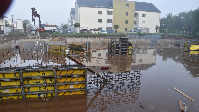 Ein Unwetter hatte am Donnerstag, 10. Juni, eine große Baugrube in der Allersberger Sandstraße bis zum Rand volllaufen lassen.