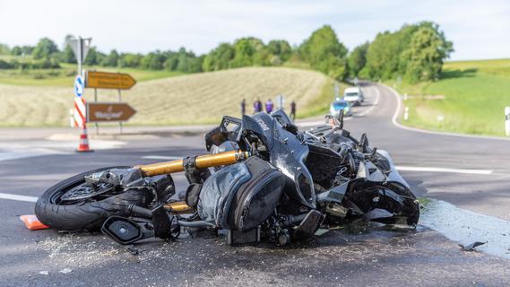 Biker in Lebensgefahr - Ersthelfer versorgen Mann nach Unfall