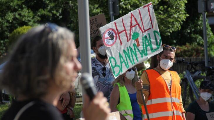 Tanja Holl spricht als Mitglied des Gemeinderats und Sprecherin einer Bürgerinitiative zu den Demonstranten vor der Bürgerhalle.