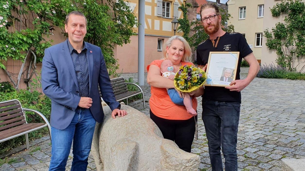Familie Stang bedankte sich im Namen von Emilio für die Übernahme der Patenschaft durch den Bundespräsidenten und die freundliche Aufnahme in der Gemeinde Georgensgmünd.
