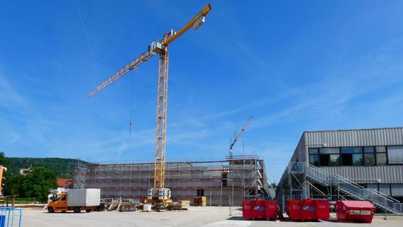 Bau der Vierfach-Turnhalle der Senefelder-Schule schreitet voran