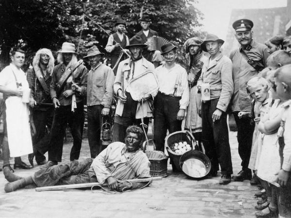 Ebenfalls eine ganz alte Tradition bei der Rednitzhembacher Kirchweih: das Bärentreiben. Das Foto stammt ebenfalls aus dem Jahr 1928.