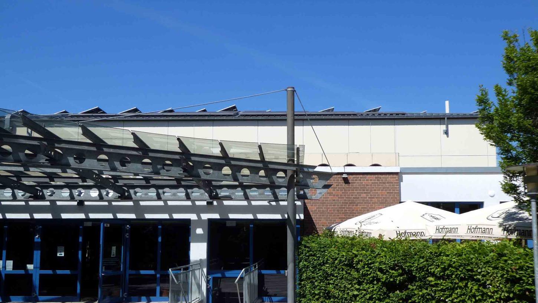 """Das noch unsanierte Dach über dem Eingangsbereich der """"Markgrafenhalle"""" und der angrenzenden Gaststätte hielt dem Starkregenereignis der letzten nicht stand."""