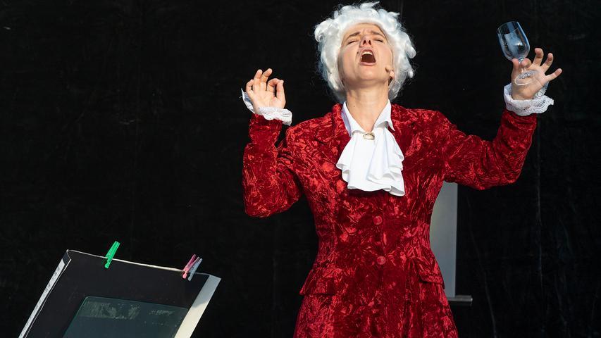 Mozart und seine Muse: Gitti Rüsing und Ninette Hofmann hoben im Adelsdorfer Schlossgarten die Komödie