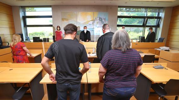 Demenzkranker verhungert: Ehefrau und Sohn in Franken vor Gericht