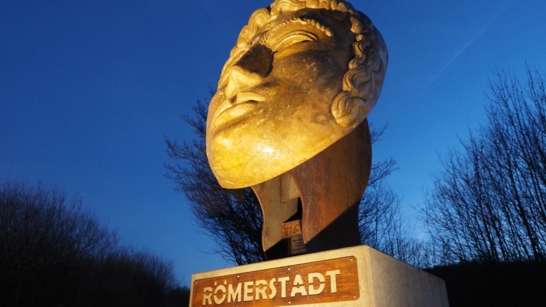Eine kleinere Variante der Römermaske an der B-2-Auffahrt am Römerbrunnenweg soll auch in der Bismarckanlage für die römische Geschichte Weißenburgs werben.