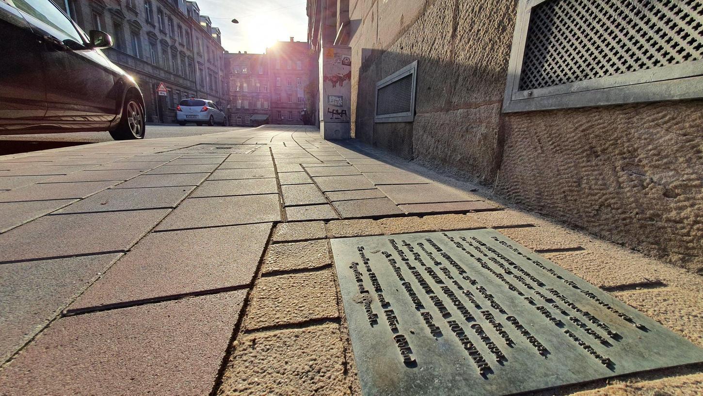 Ein Gedenkstein vor dem ehemaligen Haus der Familie Höchster in der Maxstraße 5 erinnert an deren Schicksal. 1942 wurde sie nach Polen deportiert und dort ermordet.