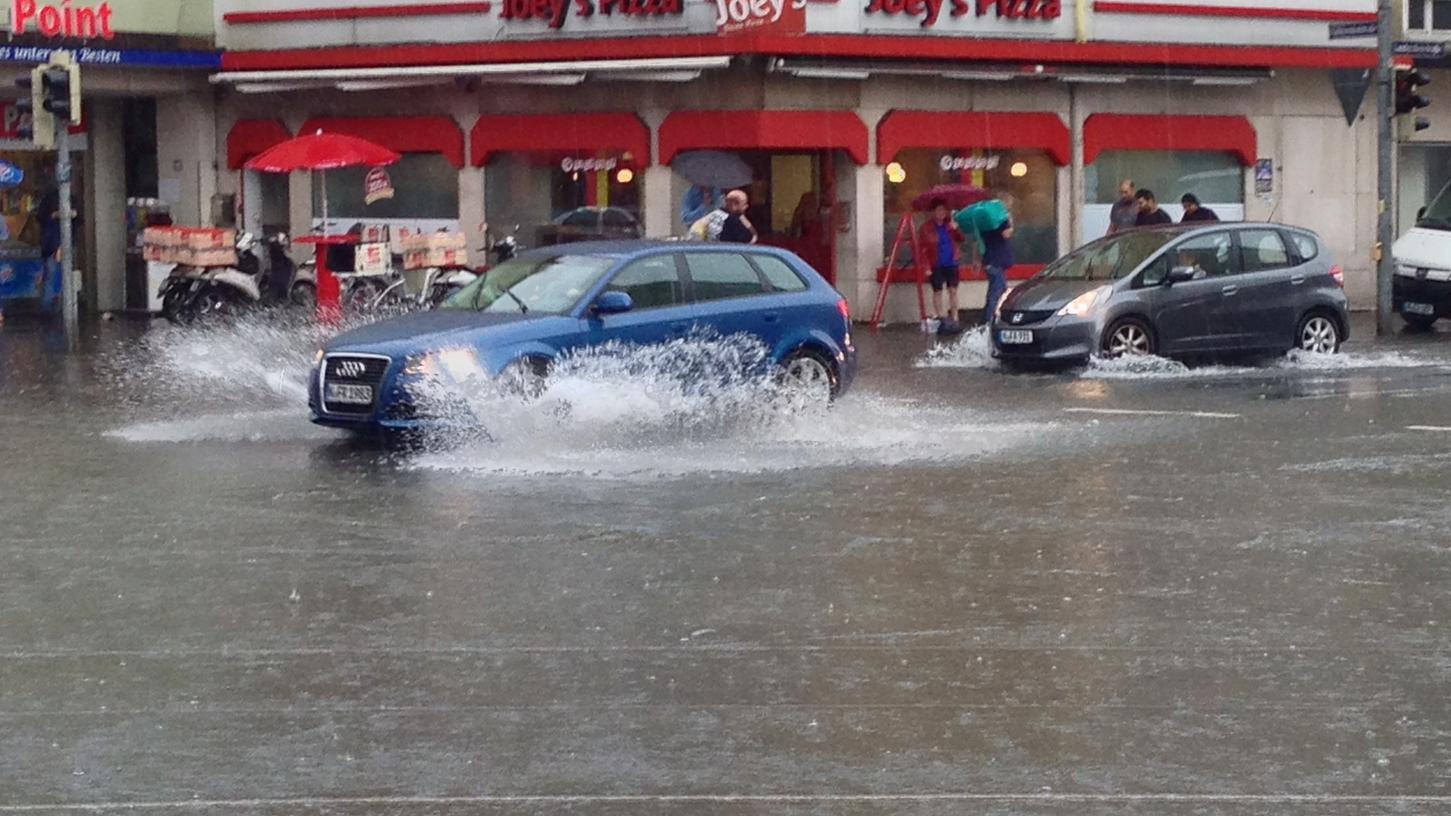 Überflutete Südstadt: Der Starkregen stellt die Nürnberger vor Herausforderungen.