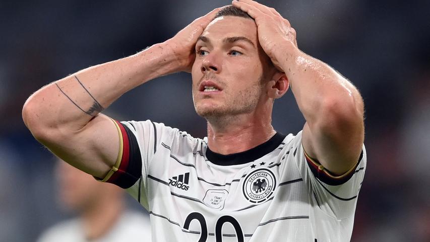 """G wie Gosens,Robin:Einziger Nationalspieler, der nie eine DFB-Akademie von innen gesehen hat. Liegt wahrscheinlich daran, dass ihn die Verantwortlichen früher für einen Holländer gehalten haben, was er aufgrund seines niederländischen Vaters auch zur Hälfte ist. Stammt übrigens aus einem Ort, der genauso heißt, wie ein berühmter Dortmunder Fußballer: Emmerich. Der Ort Emmerich heißt aber Emmerich am Rhein. Und der Fußballer Emmerich hieß Lothar, genannt Emma. Unabhängig davon kickt Robin Gosens unterm Jahr in Italien (Bergamo). Im ersten deutschen Vorrundenspiel gegen Frankreich schlug der 26-Jährige die einzige gefährliche Flanke in den gegnerischen Strafraum, die Serge Gnabry dann aber verdaddelte. Wäre also ein Kandidat für """"Man of the match"""" gewesen, wären vor ihm nicht elf Franzosen gestanden."""