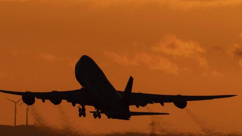 Nach der Corona-Krise werden die Menschen aus Sicht der Bundesregierung wieder häufig mit Flugzeugen in den Urlaub fliegen.