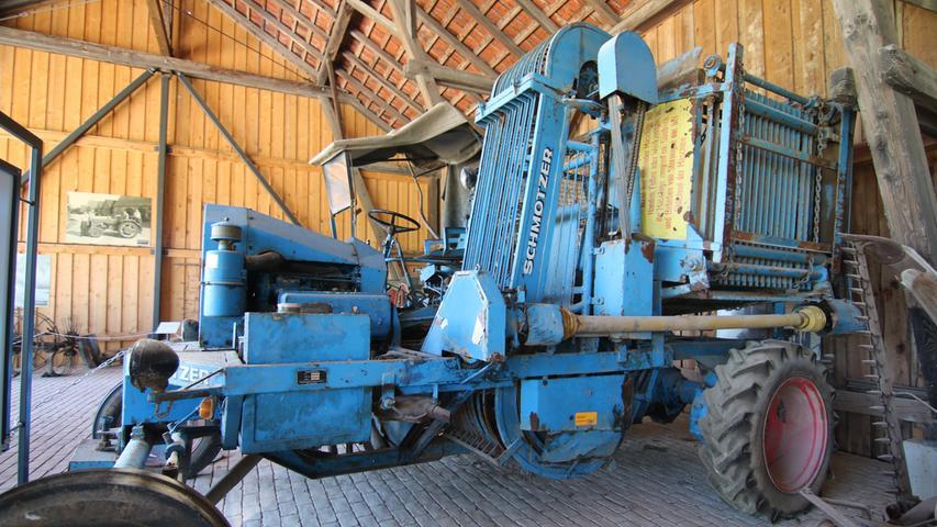 Der blaue Riese der Firma Schmotzer isteine einreihige Rübenernte-Maschine.