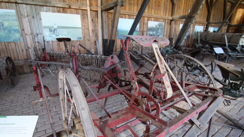 Was der Mähdrescher alles macht, wurde vorher extra von Hand oder mit speziellen Maschinen gemacht, wie mit einem Heuwender.