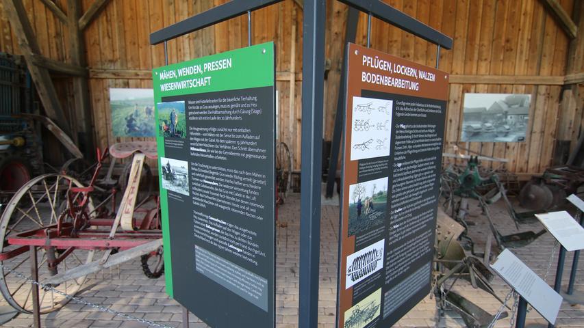 Mit Informationstafeln wird bei der Ausstellung auch auf die Arbeitsschritte der Feldarbeit hingewiesen.