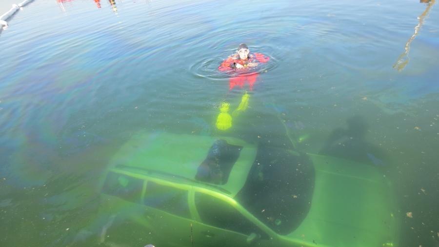 Der kühlste Parkplatz im Seenland: Eine junge Frau hat bei Ramsberg ihren Wagen kurz abgestellt. Als sie zurückkam war das Auto in den Brombachsee gerollt.